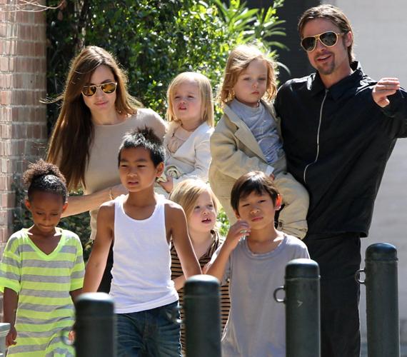 Pár éve nem gondoltuk volna, hogy a botrányairól híres Angelina Jolie hat gyermek anyukája lesz. Az álompár már igazi nagycsaládosnak számít.