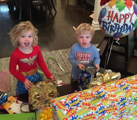 - Boldog negyedik születésnapot, Harper és Gideon! Nem is tudom már elhinni, hogy egykor pici babák voltatok - írta a színész a kép mellé.