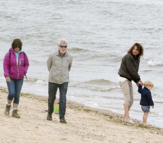 Nagyon úgy tűnik, még Carole Middleton is meglepődött azon, hogy a járókelők nem ismerték fel őket. György herceg eközben inkább a tengerrel volt elfoglalva.