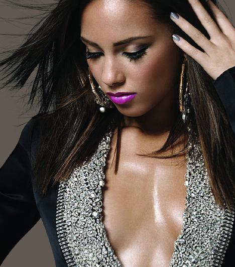 Alicia Keys  Az 1981-es születésű Alicia Keys-t édesanyja hétévesen iratta be a zeneiskolába, hogy zongorázni tanuljon. Bár a leányzó felnőve a könnyedebb műfaj felé fordult, mamája bizonyára nem bánja. Főleg, miután 2002-ben egyszerre öt Grammy-díjjal távozott a zenei eseményről.  Kapcsolódó cikk: Bikiniben is vállalja gömbölyödő pocakját az énekesnő »