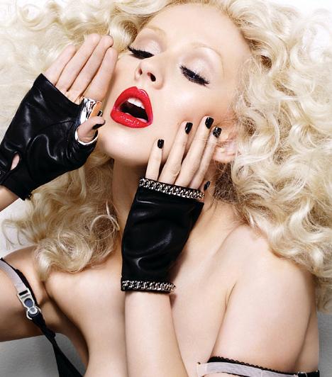 Christina Aguilera  Christina Aguilera az ezredforduló környékén platinaszőke hajával, erőteljes sminkjével és bizarr fellépőruháival maga volt a megtestesült botránycsomag. Ám 2008-ban szülési szabadságra ment - és míg ő babázott, Lady GaGa színre lépett. Ki tudja, talán ez volt az oka, hogy negyedik stúdióalbumát, a 2010-es Bionic-ot fanyalogva fogadta a kritika.  Kapcsolódó címke: Christina Aguilera »
