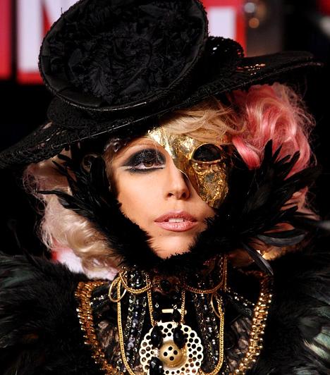 Lady GaGa  A 2000-es évek első évtizedének hatalmas durranása kétségtelenül Lady GaGa, aki szinte a semmiből bukkant elő, és egy év alatt megkerülhetetlen világsztárrá nőtte ki magát. Az 1986-os, olasz felmenőktől származó énekesnő rendszeres botrányaival sokkolja a közvéleményt, ugyanakkor albumait viszik, mint a cukrot. GaGa 2010-ben a Forbes által összeállított A világ legbefolyásosabb emberei-listán az előkelő második helyre került.  Kapcsolódó cikk: Sosem látott fotó! Lady GaGa átlagos gimnazista csaj volt »