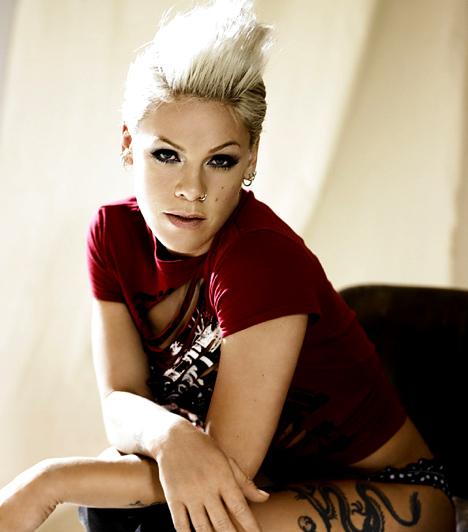 Pink  Az 1979-es születésű énekesnő - eredeti nevén Alecia Beth Moore - 2000-ben robbant be a poppiacra There You Go című albumával. Azóta még négy nagylemeze jelent meg. A pop, punk és rock hangzást egyaránt képviselő sztár gyakran alkalmaz koncertjein akrobatikus elemeket, fiatalon ugyanis egy ideig szertornázott.