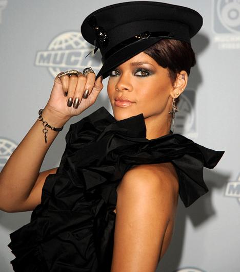 Rihanna  A barbadosi énekesnő - aki országának tiszteletbeli kulturális nagykövete - ahogy egyre népszerűbb, úgy válik egyre merészebbé mind az öltözködésében, mind a színpadi show-iban. 2011-ben a hazai rajongók is láthatták az énekesnőt, aki Budapesten is hozta a tőle megszokott szexi formáját.  Kapcsolódó képgaléria: A 2012-es Grammy-gála legdögösebb sztárjai »