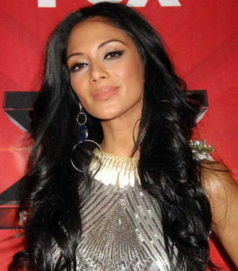 Nicole Scherzinger                         Nicole Scherzinger a Pussycat Dolls vezető énekesnőjeként vált híressé. A bulvárlapokban sokáig álompárt alkottak a Forma-1 sztárjával, Lewis Hamiltonnal. Az amerikai X-Factor első szériájában a zsűri tagja volt.                         Kapcsolódó cikk:                         Erre senki nem számított! Az X-Factor mentorait halálosan megfenyegették »