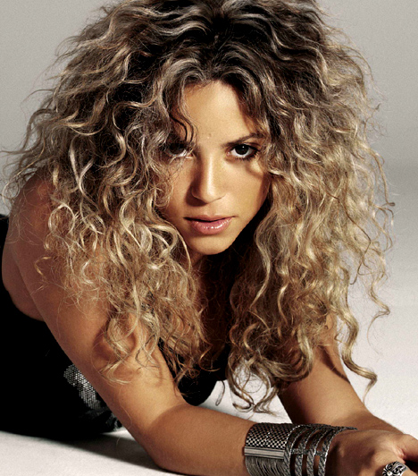 Shakira  Shakira 1977-ben született Kolumbiában, ezért eleinte spanyol nyelvterületen próbált érvényesülni. A nagy áttörés a 2001-es Whenever, Wherever című angol nyelvű dallal következett be, azóta sikert sikerre halmoz.  Kapcsolódó cikk: A fotósok kedvence volt! Shakira kivágott miniruhában érkezett a gálára »