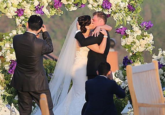 A pár első csókja házastársakként. Már évek óta vártuk, hogy mikor veszi el végre Laurent.