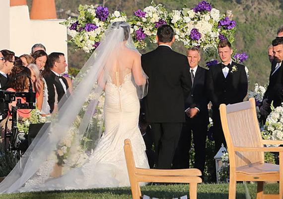 A menyasszony esküvői ruhája hátulról is igazán lenyűgöző volt, hosszú fátylát az egész ceremónia alatt igazgatták a koszorúslányok.