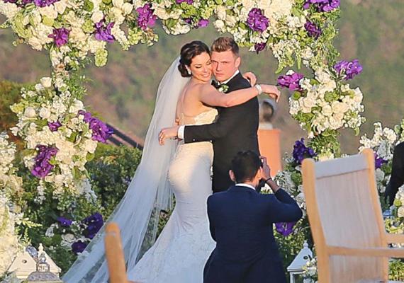 A fotós igyekezett annyi képet lőni a gyönyörű párról, amennyit csak tudott, látszik az arcukon, hogy kicsit már unják is a fényképezősdit.