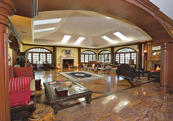 A házban minden márvány és hatalmas terek vannak, a szobákat nem zsúfolták tele bútorral.