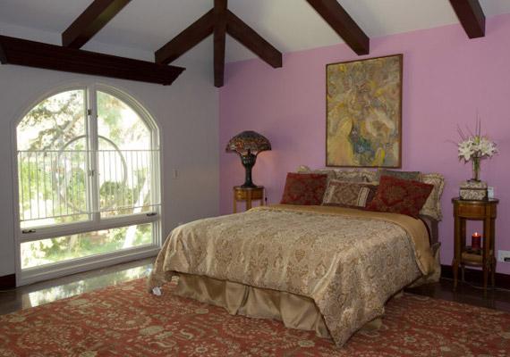 A házban négy háló- és négy fürdőszoba kapott helyet.