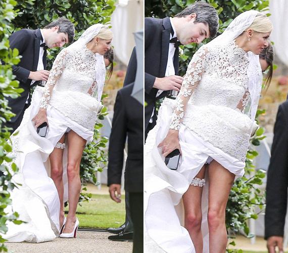 Nicky Hilton szinte menni sem tudott a hosszú Valentino ruhában, ezért többen is a segítségére siettek, amikor azonban felemelte a szoknyáját, mindenki láthatta a bugyiját.