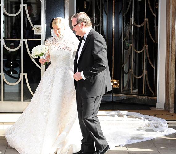 Az örömapa, Richard Hilton büszkén vezette kislányát az oltárhoz a nagy napon. Vajon Paris Hilton esküvőjére mikor kerül majd sor?
