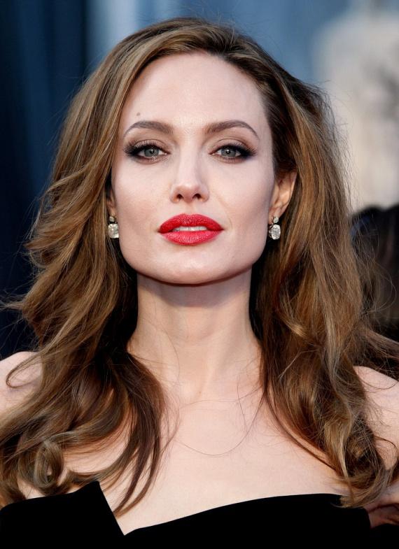 Angelina Jolie szexualitását egy pimasz riporter firtatta 2010-ben - kerekperec feltette neki a kérdést, hogy biszexuális-e. A színésznő nem szeppent meg, ugyanilyen határozottsággal válaszolta, hogy igen.