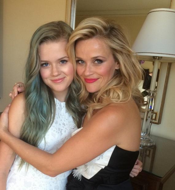Szinte hihetetlen, hogy nem két testvér szerepel a fotón! Ava csak annyiban különbözik Reese Witherspoontól, hogy ő a szőke helyett szereti merész színekre festetni a haját.
