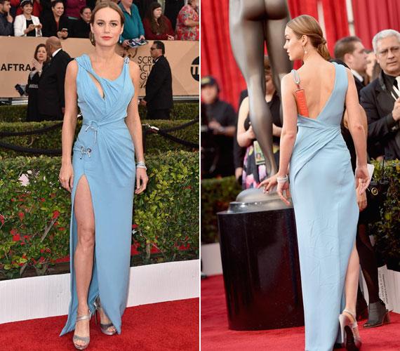 Brie Larson színésznő combig felsliccelt estélyiben érkezett: ezzel nem is lett volna semmi baj, ám a ruha felsőrésze valahogy nem passzolt hozzá.