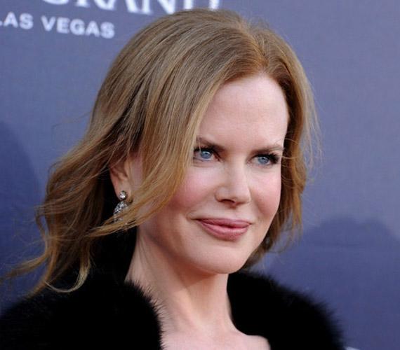 A közeli felvételeken sajnos jól látszik, hogy Nicole Kidman ajka jóval dúsabb lett az elmúlt évek során, arcvonásai pedig látványosan kisimultak.