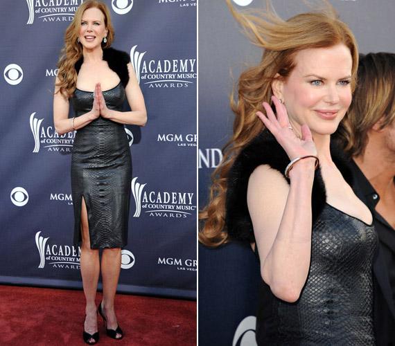 A színésznő sikkes, fekete szőrmebolerót viselt kígyóbőr mintás ruhájához - meglepő, de izgalmas összhatást keltve.