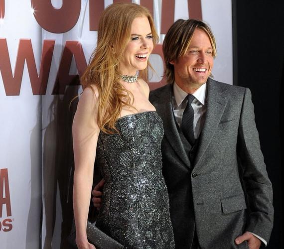 Úgy tűnik, cseppet zavarja őket a mintegy félfejnyi magasságkülönbség - Nicole javára -, a színésznőnek amúgy sem új a szituáció, hiszen korábban Tom Cruise volt a férje.