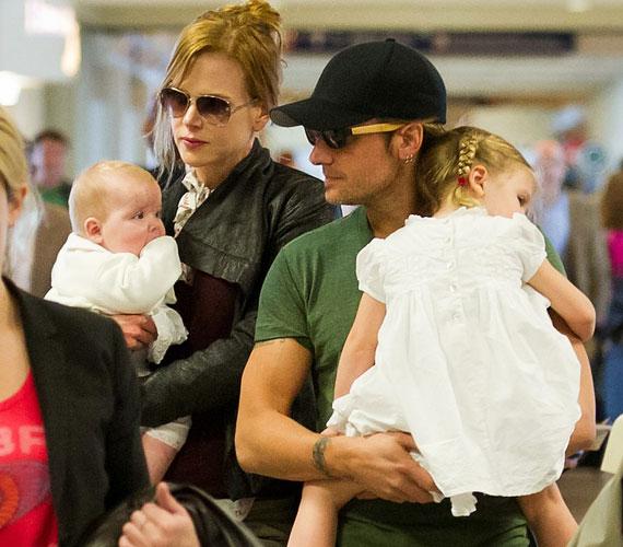 A kis Sunday Rose álmosan bújt apukájához a kimerítő repülőút után.