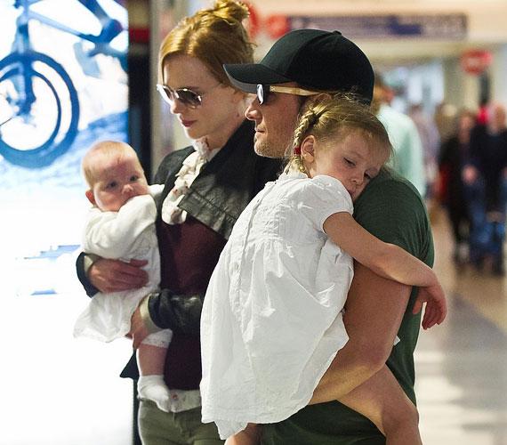 Kidman tartotta karjában a kis Faith babát, ezúttal nem takarta el a fotósok elől.
