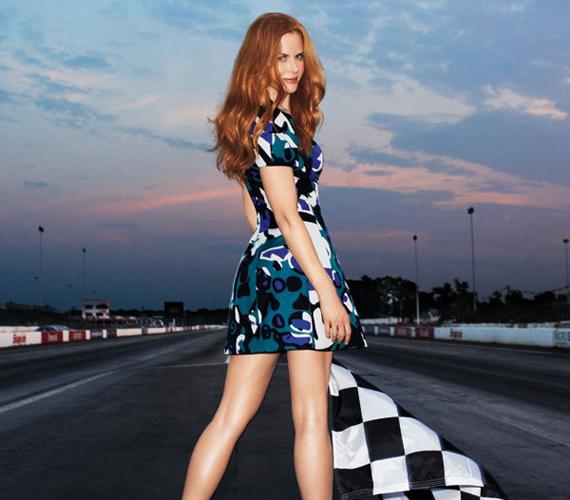 A Harper's Bazaarban szintén fiatal fruskaként pózol egy autóversenyen.