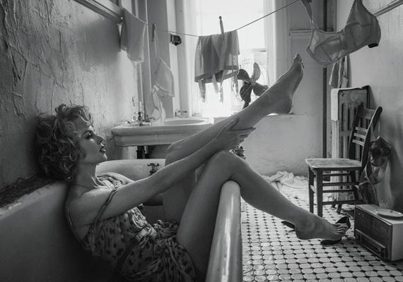 A képeket az Interview magazin októberi számába készítette Fabien Baron fotográfus. Elmondása szerint a színésznő porcelánbőrét szerette volna előtérbe helyezni.