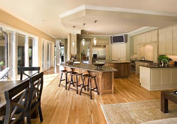 A konyhához egy tágas ebédlő is tartozik. Ha szemfüles vagy, a gitárt is kiszúrod a képen!