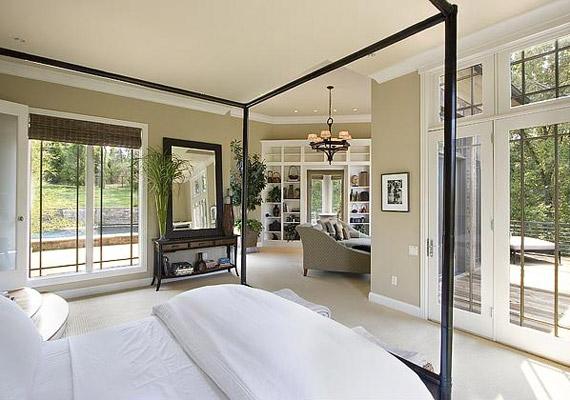 A hálóhoz is tartozik egy tornác, a hatalmas üvegajtókon keresztül sok napfényt kap a szoba.
