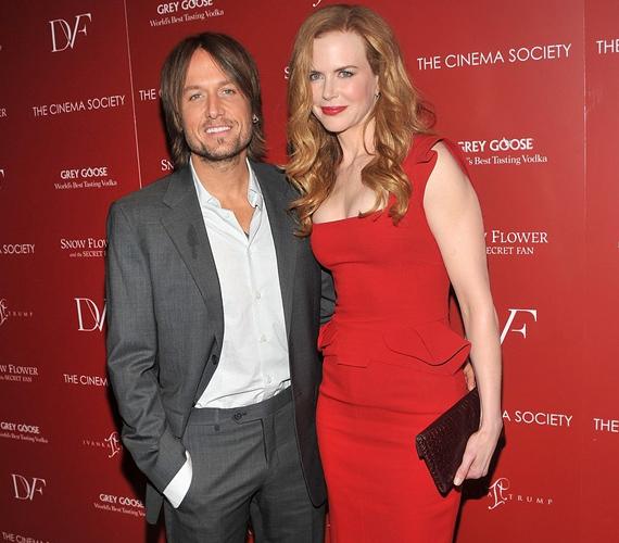 Kidman először a júliusban tartott Snow Flower bemutatóján jelent meg egészségesen kikerekedve, vörös ruhájában észbontóan festett férje mellett.