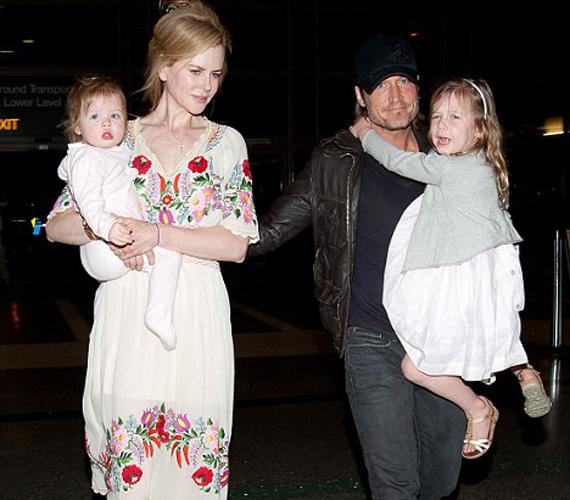 A hároméves Sunday Rose és a 15 hónapos Faith Margaret is anyjukhoz öltöztek, mindketten fehér ruhácskát viseltek.