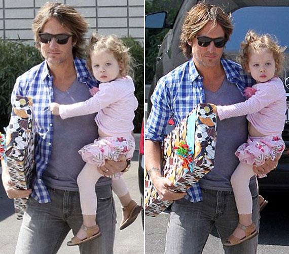 Édesapja, Keith Urban karjában is nagyon jól elvan a kislány.