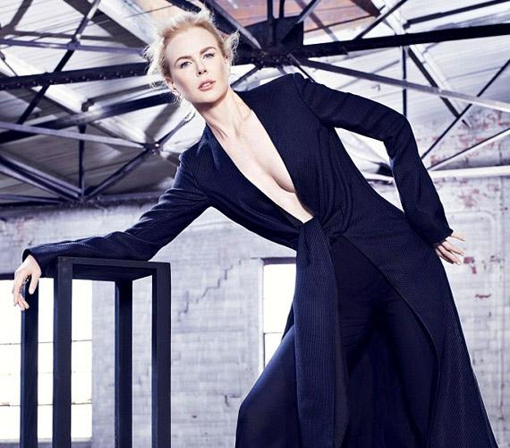 Melltartót sem vett fel a kabát alá Nicole Kidman, így merészre sikerült a beállítás.