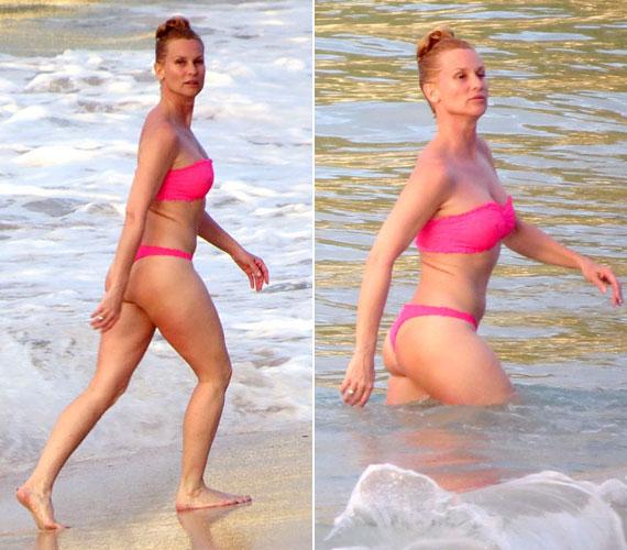 Kis pink bikinijében 48 évesen is büszkén vonulhat a strandon.