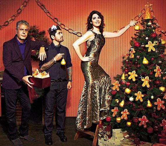 Karcsú alakját kihangsúlyozó, aranyszínű ruhában mézeskaláccsal és arany almákkal díszíti a karácsonyfát - ebben zsűritársai segítik.
