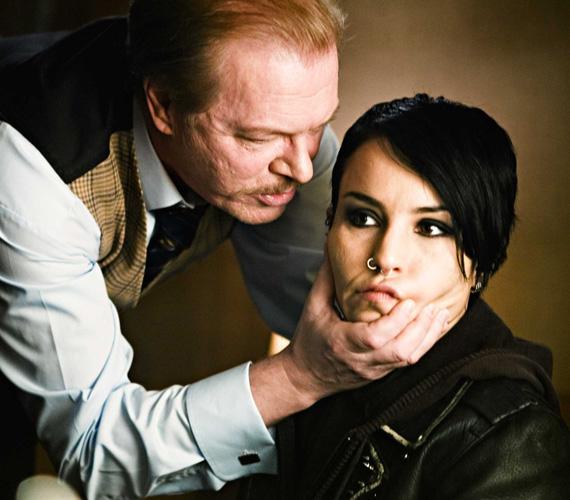 Noomi Rapace A tetovált lány című film svéd filmmel vált világhírűvé, amely sokak szerint jobb, mint a nemrég elkészült amerikai verzió Daniel Craiggel és Rooney Marával.