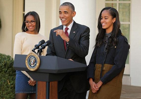 Novemberben ilyen büszkén feszítettek a lányok az apjuk mellett a hálaadási ceremónián, ahol az elnök hivatalosan is kegyelmet ad egy szegény vacsorajelölt pulykának.