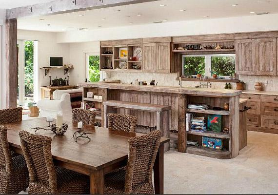 A víz közelsége miatt a bútorokat igyekeztek uszadékfa hatásúra készíteni.