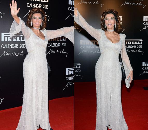 Sophia Loren 78 évesen is bátran bújik testhezálló, csillogó ruhába, ráadásul a dekoltázsát sem szereti elrejteni.