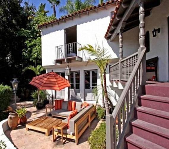 A ház előtt egy hatalmas terasz található, melyet gyönyörű növények vesznek körül, a legjobb hely relaxálásra.