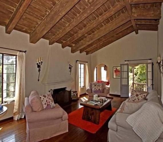 A nappalit nagyon otthonossá teszi a fagerendás plafon.