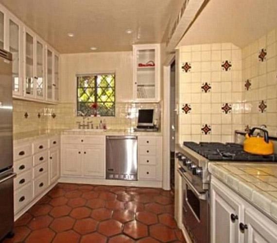 A konyha világos színe vidám hatást kelt, ilyen környezetben örömöt jelent a főzés.