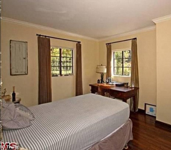A hálószoba szépsége egyszerűségében rejlik. Nincs túlcicomázva, elegáns, klasszikus bútorokkal rendezték be.