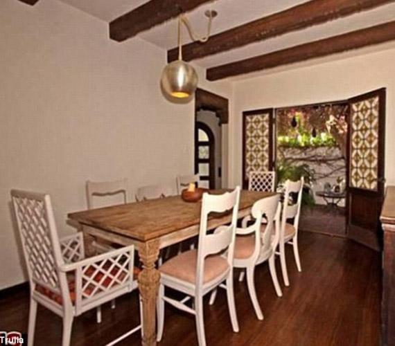 Az étkezőben keverednek a klasszikus és a modern stílusjegyek, a lámpa új keletű, míg az asztal és a székek a régi kor hangulatát idézik.