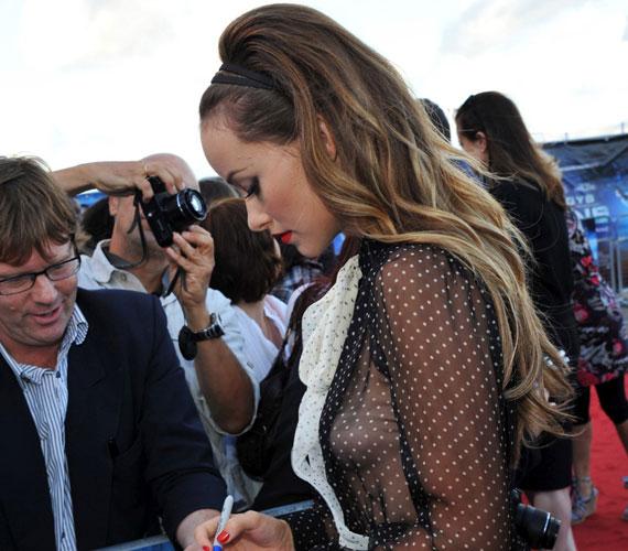 Olivia Wilde örömmel osztogatta férfi rajongóinak autogramját, akik - a merész ruhájának köszönhetően - alig tudták róla levenni a szemüket.