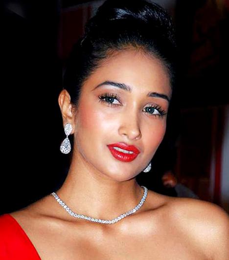 Jiah Khan  Magánéleti és szakmai válsága miatt végzett magával az indiai filmgyártás egyik csillaga, Jiah Khan. A 25 éves színésznő holttestére az édesanyja talált rá a lány lakásában.
