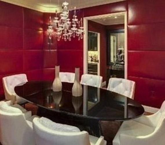 Étkezőjében a piros szín dominál, ami a mai divatnak megfelelő.