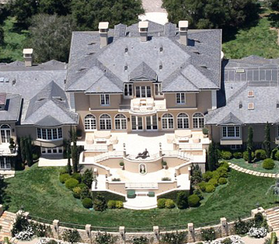 A lakás csak ingatlanjai egyike, a kaliforniai Montecitóban is található egy 52 millió dollárt érő háza.
