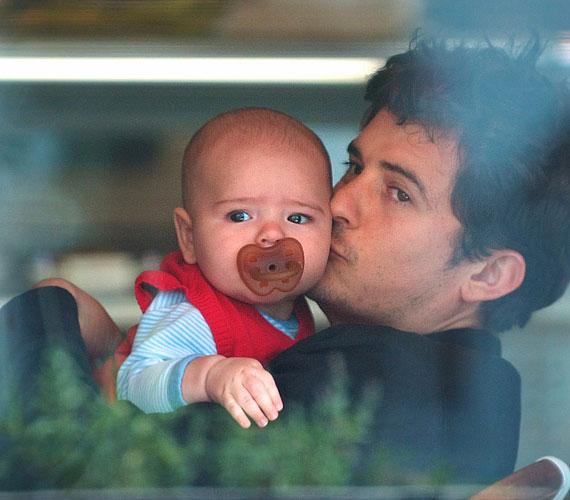 Mint látszik, Flynn már most hatalmas baba - közel öt kilóval született -, és persze tiszta apja!