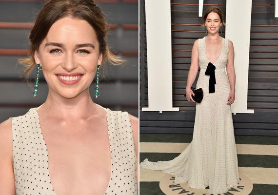 A gyönyörű Emilia Clarke nagyon mellélőtt ezzel a ruhával. Sem a szín, sem az anyag, sem a méret nem stimmel - hogy a hatalmas, lefittyedt masniról a ruha elején ne is ejtsünk szót.